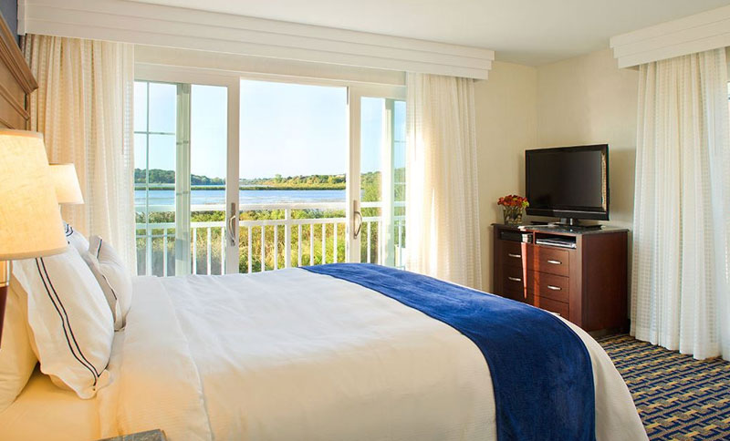 One King Bedroom Suite at Newport Beach Hotel & Suites, Middletown